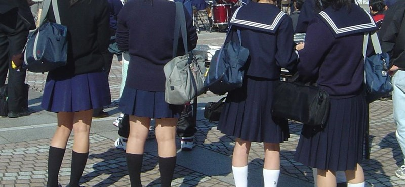 Túl hosszú szoknyája miatt büntetne egy 12 éves lányt egy angliai iskola