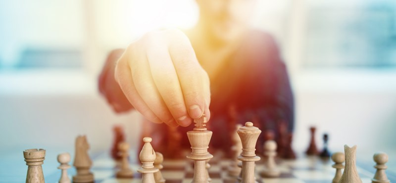 Új szabályokkal reformálná meg az unalomba fulladó sakkpartikat Kramnyik nagymester