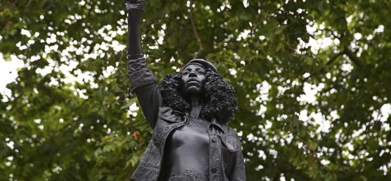Már el is távolították a fekete tüntető szobrát, ami egy bristoli rabszolga-kereskedő helyére került