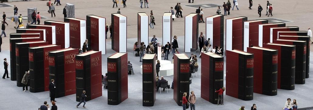 Látogatók a Frankfurti Nemzetközi Könyvvásáron kiállított Brockhaus enciklopédia körül - könyv világnapja nagyítás