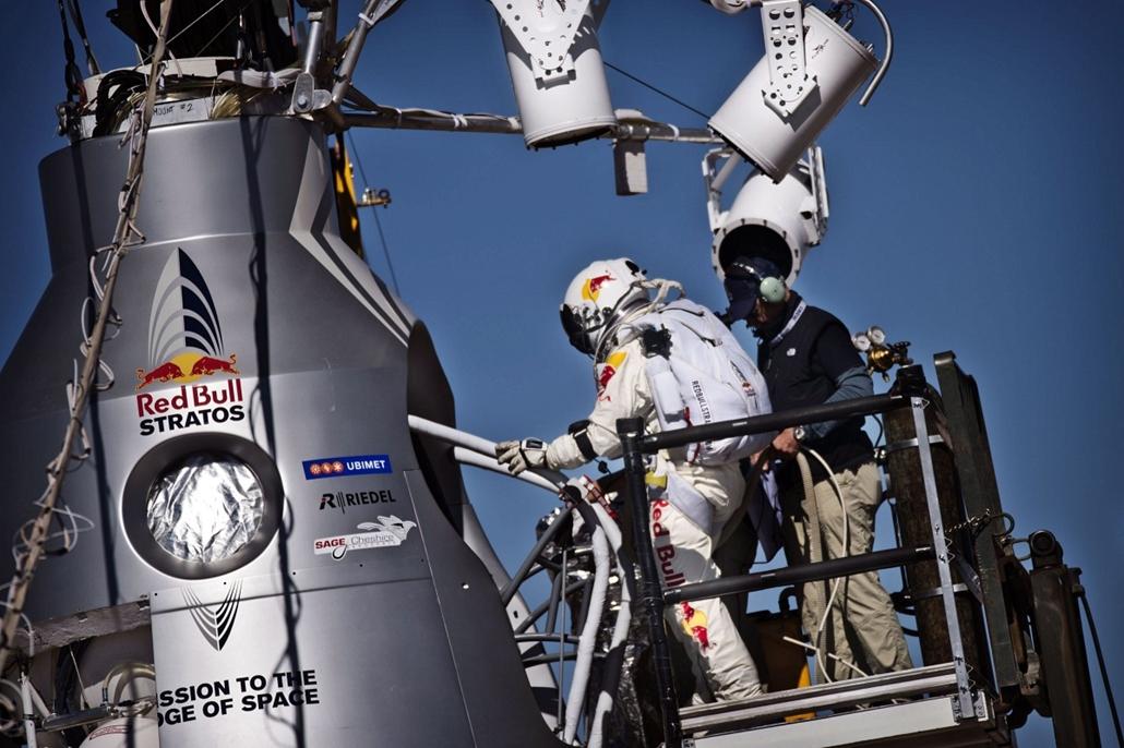 2012. október 9 - Szabadesési rekordkísérlet az Egyesült Államokban - A Red Bull Stratos által közzétett felvételen Felix Baumgartner osztrák extrém ejtőernyős speciális űrhajósruhában
