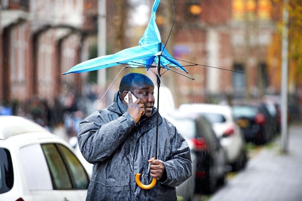 afp. szél, szeles, időjárás, nagyítás - Utrecht, Hollandia, 2013.12.05. esernyő