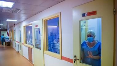 Koronavírus: először csökkent száz alá az elhunytak napi száma február vége óta