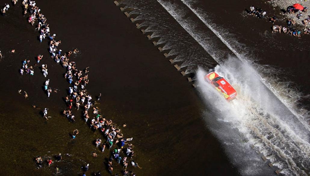 A francia  Jean-Pierre Strugo halad el nézők előtt Nissanjával 2010. január 2-án, amint az argentíniai-chilei Dakar-rali első szakaszán versenyez. A világ legnehezebb terepversenyét immár második alkalommal rendezik meg dél-amerikai helyszíneken.