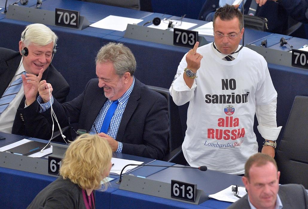 afp.14.09.16. - Strasbourg, Franciaország: az olasz európai parlamenti képviselő, Gianluca Buonanno véleménye egy ''ne legyenek szankciók Oroszország ellen'' feliratú pólóban, miután a kijevi parlament ratifikálta Ukrajna EU társulási megállapodását. - 7k