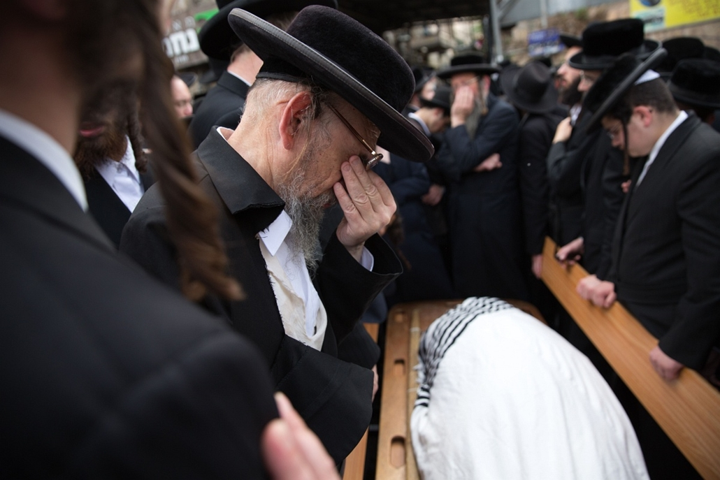 afp.izraeli-palesztin konfliktus 2015 - Jeruzsálem 2015.10.13. ultraortodox gyászolók, Utra-Othodox Jews mourn next to the body of 60-year old Yishaya Krashevsky during his funeral after he was killed earlier in the day when a Palestinian drove a car into
