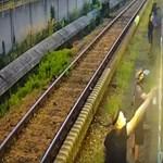 Biztonsági kamera vette a metrórongáló graffitisek akcióját