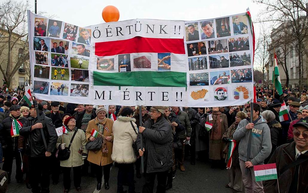 Tömeg az Andrássy elején - Békemenet a kormány mellett