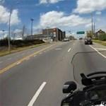 Ilyen, amikor autót üldöz egy motoros rendőr – videó