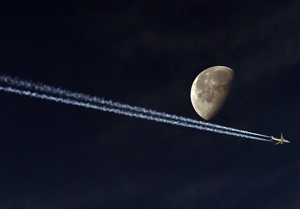 afp.14.05.20. - Algír, Algéria: repülő a hold előtt - 7képei nagyítás