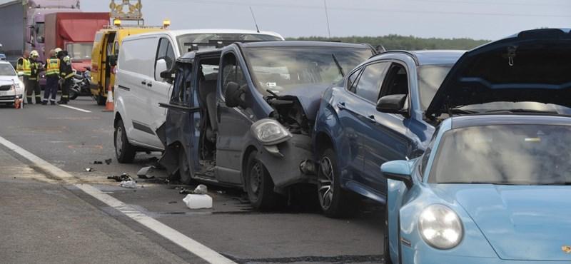 Képeken az M5-ös autópályán történt tömegbaleset
