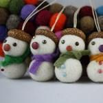 Ötlet karácsonyfadíszhez: nemezhóember