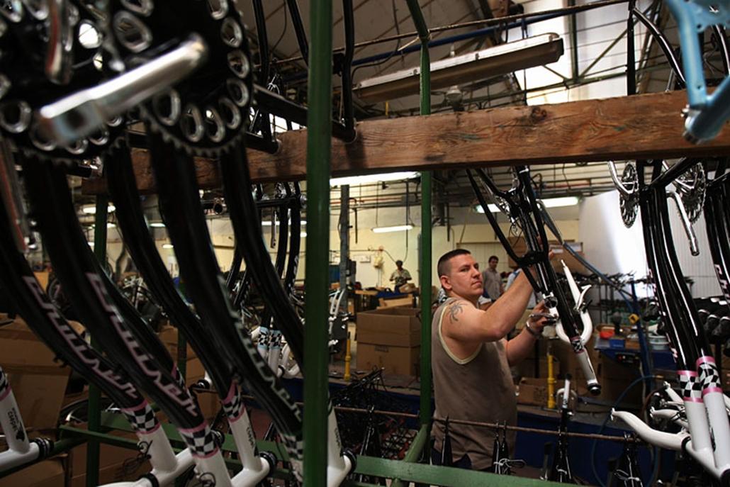 A főleg a tengerentúlon divatos cruiser modellekből látogatásunk idején egy háromszáz darabos széria készült a gyártósoron. A kényelmes városi kerékpárt még az amerikai tulajdonosok vették fel a termékek közé.