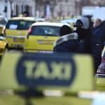 Taxisok állják el az utat a Deák téren, Tarlóssal is beszéltek