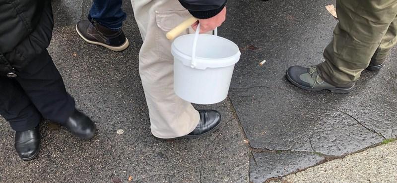 A mai tüntetés jelképe a műanyag csalamádés vödör