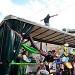 Fotók: Így szedtek le egy provokátort a Pride-kamionról