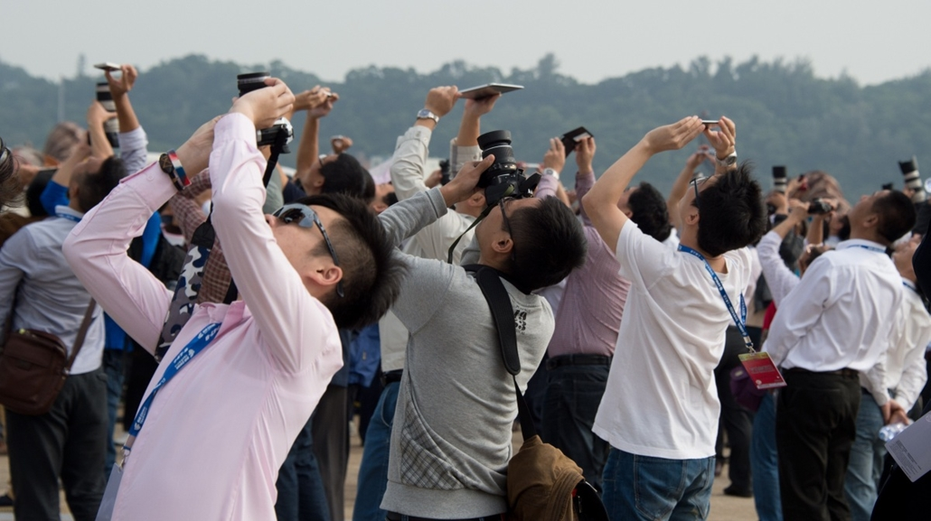afp. hét képei - Zhuhai, Kína, 2014.11.12. repülőgép bemutató, Spectators watch the Airshow China 2014 in Zhuhai, south China's Guangdong province on November 12, 2014. The 10th Airshow China 2014 takes place from November 11 to 16.