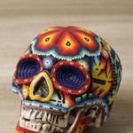 Haláli ajándék Halloweenra: kiszínezett koponyák, mexikói indiánok által