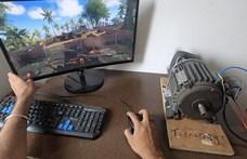 Ez az őrült youtuber igazi motorral ad rezgést a játéknak, majdnem szétesik tőle az asztala