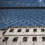Hiába hangosak a rabok, nem jár kártérítés a debreceni börtön melletti társasház lakóinak