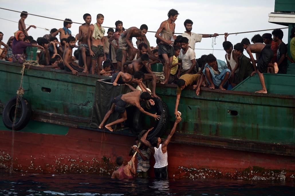 afp.15.05.14. - Thaiföld: Helikopterből dobdtak le élelmiszert rohingya menekülteknek a thaiföldi Koh Lipe sziget közelben. - menekült, bevándorló, bevándorlás, migráns