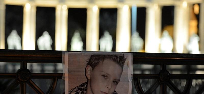 Fotók: a Hősök terén is égtek a gyertyák Szita Bencéért