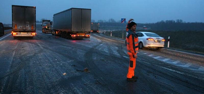 Egy sávban halad a forgalom az M7-es autópályán