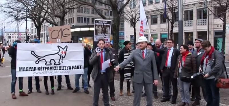A német viccpárttal tüntettek a Kétfarkúak Berlinben - videó