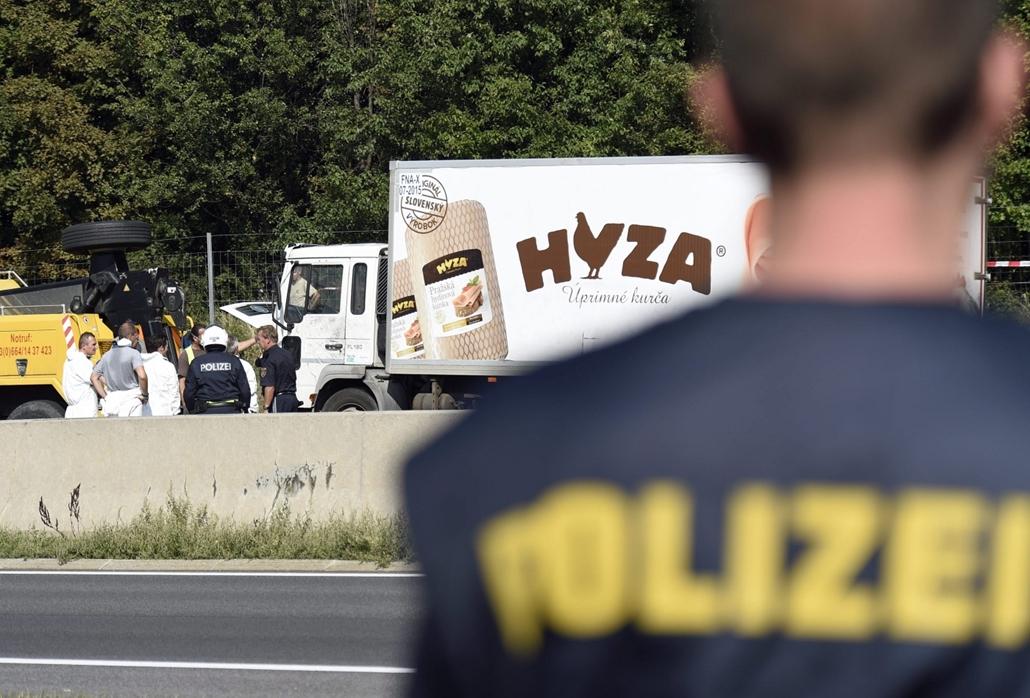 epa.15.08.27. - Parndorf, Ausztria: Védőruhába öltözött helyszínelők vizsgálnak egy teherautót az A4-es autópályán Pandorf közelében. A járműben hetvenegy menekült holttestére bukkantak a hatóságok. - halálkamion