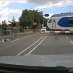 Úgy tűnik, ez az autós túl közel állt meg a vasúti sínhez – videó