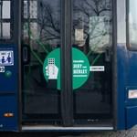 Újabb három budapesti buszon lesz elsőajtós felszállás