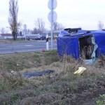 Fotók: meghalt egy férfi a teherautónak ütköző kocsiban