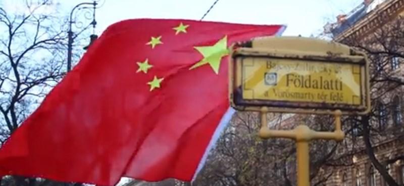 Megnéztük a kínai miniszterelnök kínai zászlót lengető budapesti rajongóit – videó