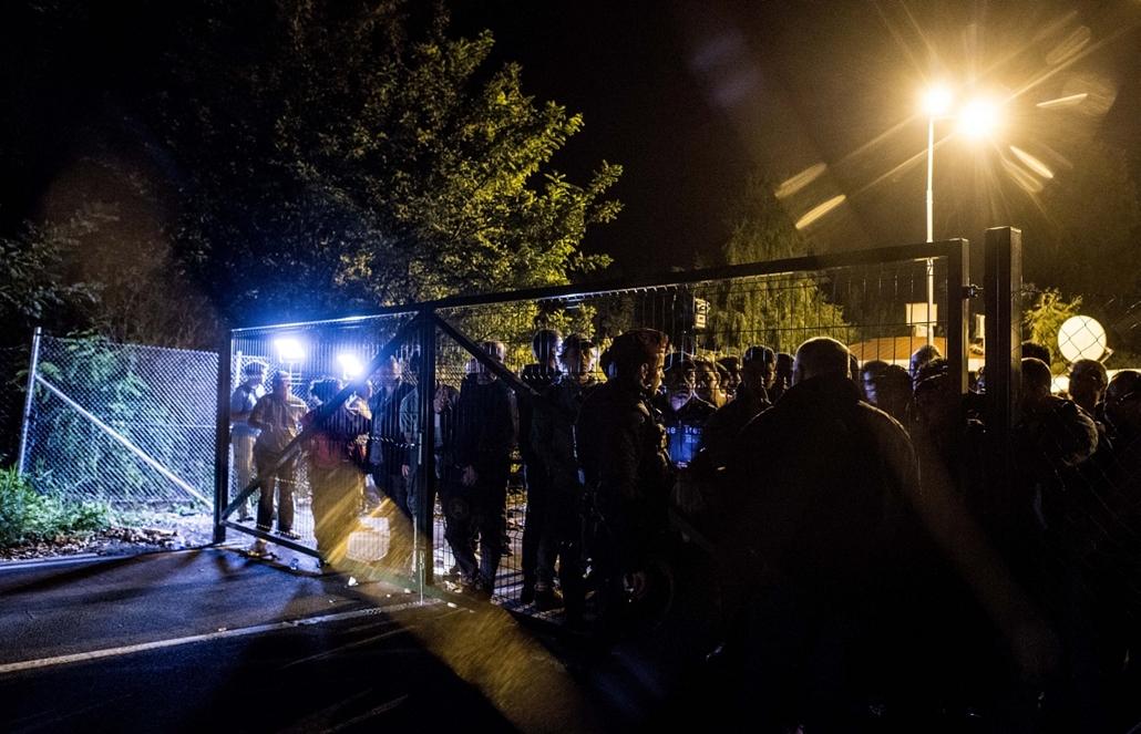 faz. Röszke, gyoda, gyodavagon, határzár, rendőrsorfal, bevándorlók, rendőrök, menekültek 2015.09.14. menekültek, migránsok, bevándorlók, új szabály hatályba lépése