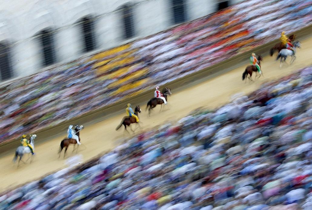 afp.14.07.01. - Siena, Olaszország: lovasok a ''Palio'' kezdete előtti napon - 7képei