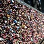 Eltávolítják a szerelemlakatokat a kölni Hohenzollern hídról