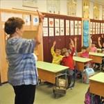Az önkormányzatoktól elvont adóból fizetné a kormány a tanárokat