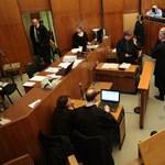 Nyomkövetővel a lábán érkezett Oszterrel közös perére a Habonyt is védő ügyvéd