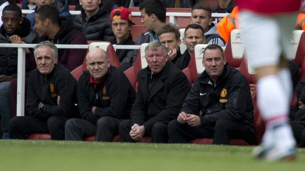 Alex Ferguson nagyításhoz - UNITED KINGDOM, London : Manchester United's Scottish manager Alex Ferguson (C) watches the action during the English Premier League football match between Arsenal and Manchester United at The Emirates Stadium in north London o