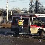 Betegszállító karambolozott a Nagyvárad téren – öt sérült