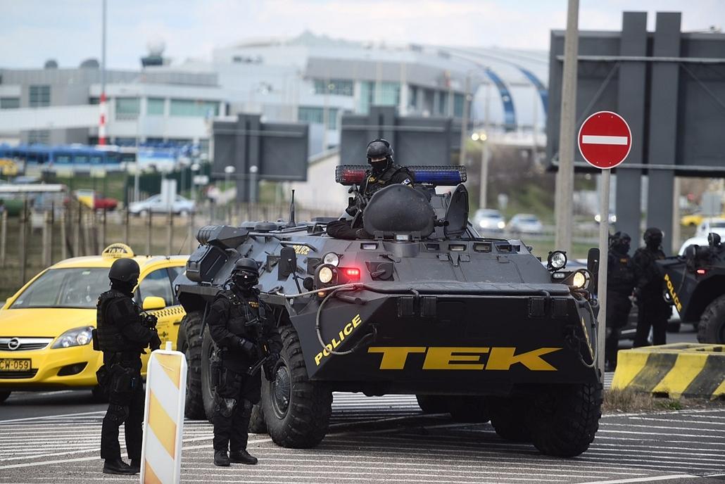 sa.16.03.22. - A Terrorelhárítási Központ (TEK) páncélozott szállító harcjárművei a Liszt Ferenc-repülőtér parkolójánál - belga robbantás, belga reptér, reptér