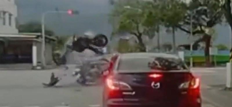Ezt a motorbalesetet túl lehetett élni? - videó