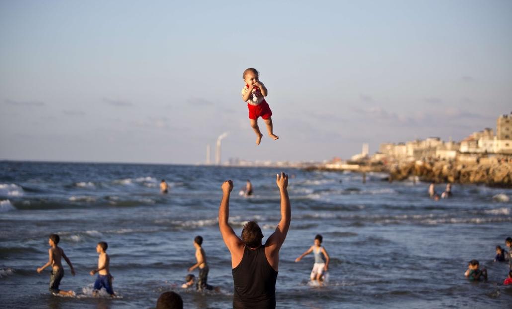 afp.14.09.07. - Gáza: palesztin férfi gyermekével - 7képei