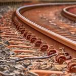 Elmosott pálya, hordalék a vágányokon – bekavar a vonatközlekedésbe az időjárás