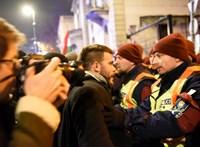 Az utcán folytatódik a tiltakozás, a Fidesz-székháznál rendőrök és tüntetők csaptak össze - ÉLŐ