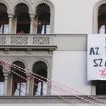 Már a Parlament előtt vannak az SZFE átalakítása ellen tiltakozók - élő közvetítés