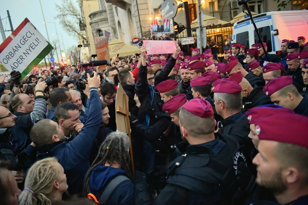 tg.17.04.12. - Hősök vétója - tüntetés a civilek és a CEU ellehetetlenítése ellen - lendvay utca tüntetés