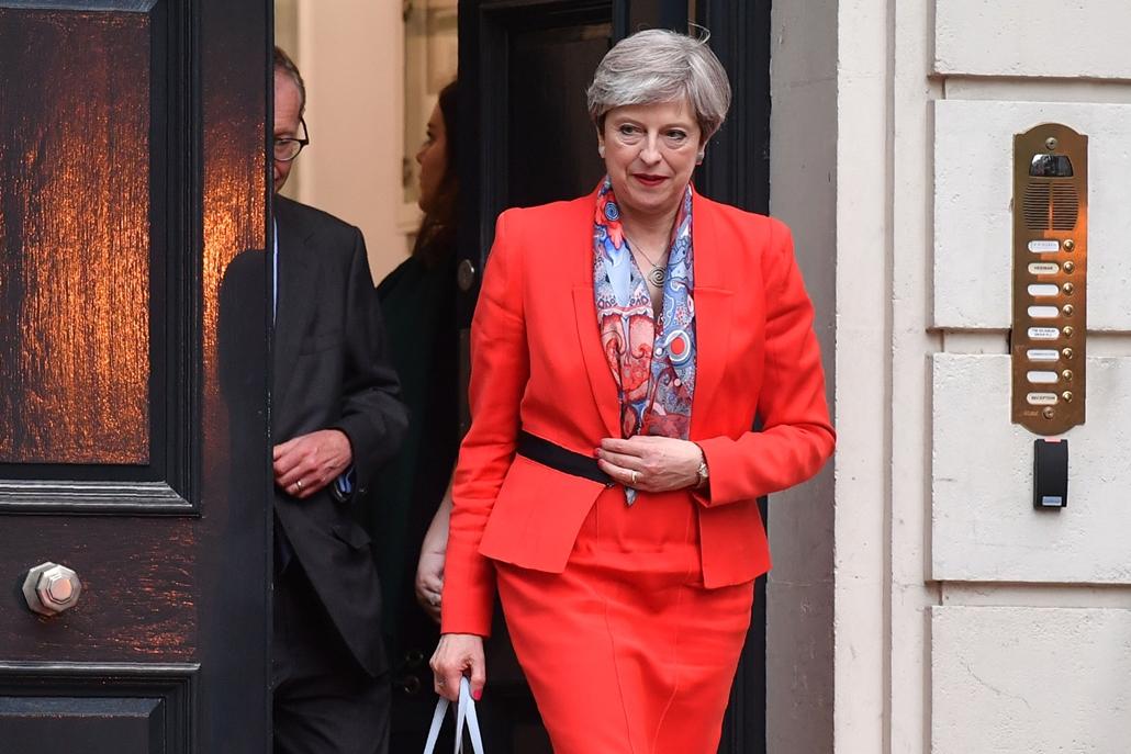 afp.17.06.09. - Theresa May miniszterelnök reggel a konzervatívok főhadiszállása előtt. May pártja elveszítette eddigi abszolút többségét a brit alsóházban, de nem mond le. Pénteken II. Erzsébet királynővel tárgyal, kormányalakítási megbízás reményében