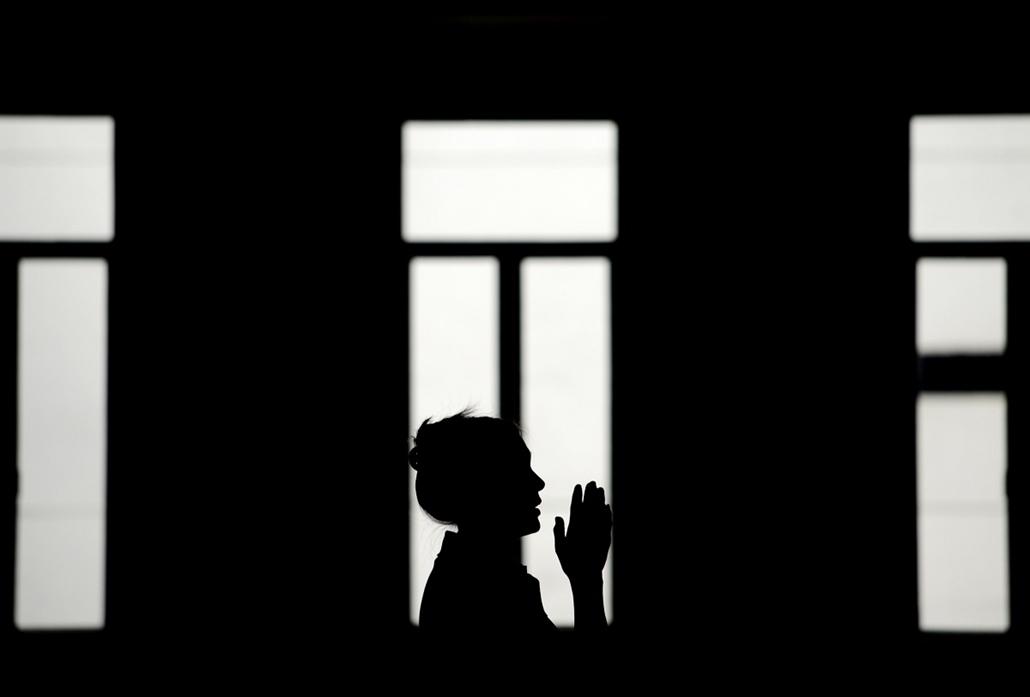 afp. 2014.01.31. Kínai holdújév,  kínai-filippínó imádkozik a Seng Guan Templom, tűzlóév, Manila, Fülöp-szigetek