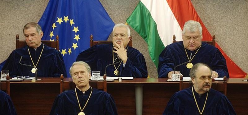 """Kormánypárti politikusok az Alkotmánybíróság """"szimbolikus"""" pofonjáról"""